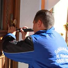 Türöffnung vom Aufsperrdienst - Mario Pichelmaier an einer Haustür - Tür öffnen ohne Schaden